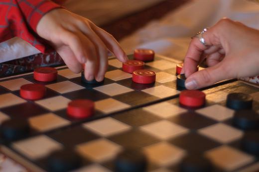 шашки за игрой